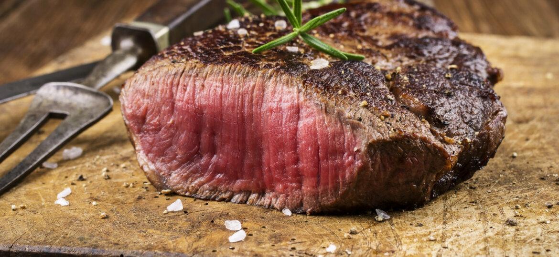 Steak auf altem Schneidebrett
